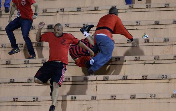 Torcida do Flamengo brigando