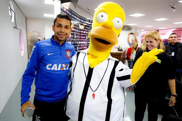 Petros ao lado de Homer Simpson