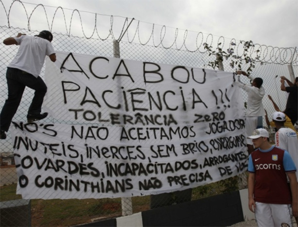 Fora do G4, torcedores protestaram no CT do Corinthians