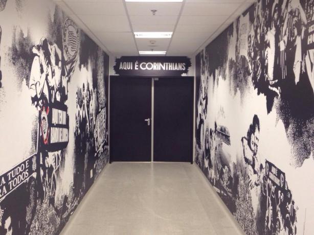 Aqui é Corinthians sobre a porta que leva aos gramados na Arena
