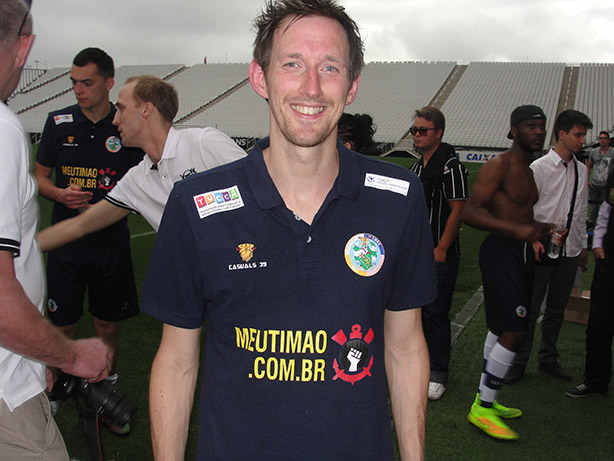 Chris Watney usando a camisa com o logo do MeuTimao