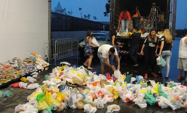 Fotos da arrecadacao de alimentos na arena Corinthians