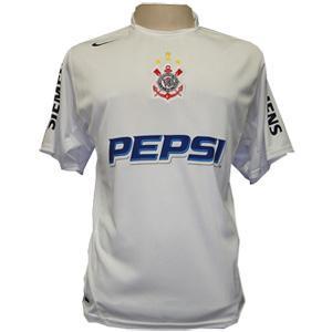 2003 – O modelo de 2003 foi o primeiro produzido na parceria do Corinthians  com a Nike. Com traços na cor preta na gola e mangas b4777b1a878