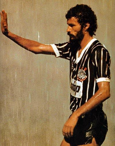 Com a camisa do Corinthians, sob forte chuva, nosso doutor ainda coordenava o time em campo