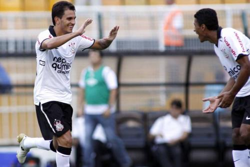 F�bio Santos comemorando seu primeiro gol no jogo