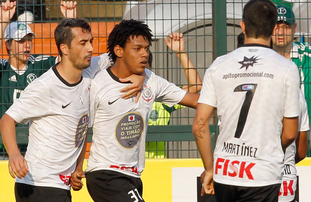 Romarinho comemorando mais um gol contra a porcada