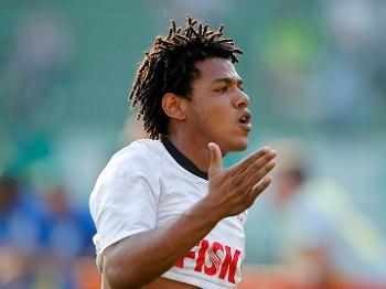 Romarinho comemorando gol contra o Palmeiras