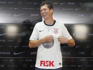 Zagueiro Anderson Polga foi apresentado nesta quinta-feira
