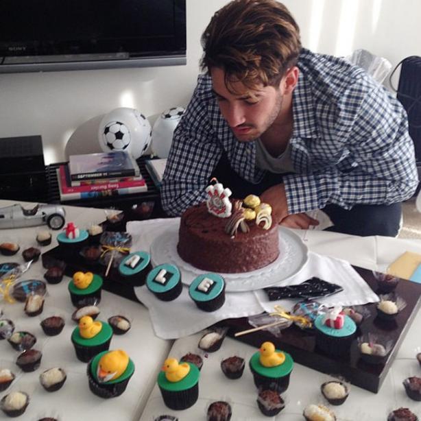 brilhar contra o Flamengo, Pato ganha bolo de aniversário surpresa
