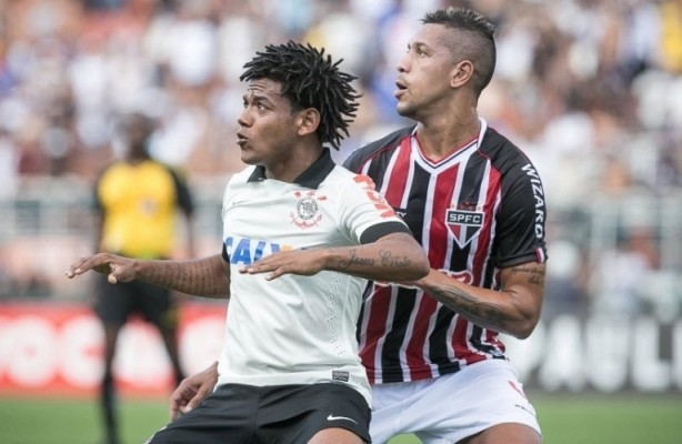 Romarinho � marcado por Antonio Carlos. Zagueiro do S�o Paulo foi autor dos dois gols contras a favor do Corinthians.