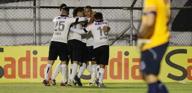 Jogadores do Corinthians abraçam Guerrero após gol do peruano sobre o Cruzeiro no Canindé