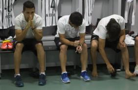 Torcedores invadem o gramado e Corinthians pode sofrer puni��o