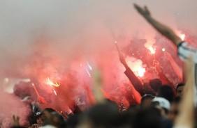 Torcedores acendem sinalizadores na Arena Corinthians e s�o agredidos