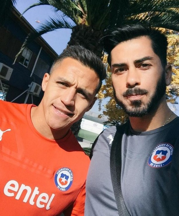 Johnny Herrera, ao lado do atacante Alexis Sánchez, ídolo do Chile