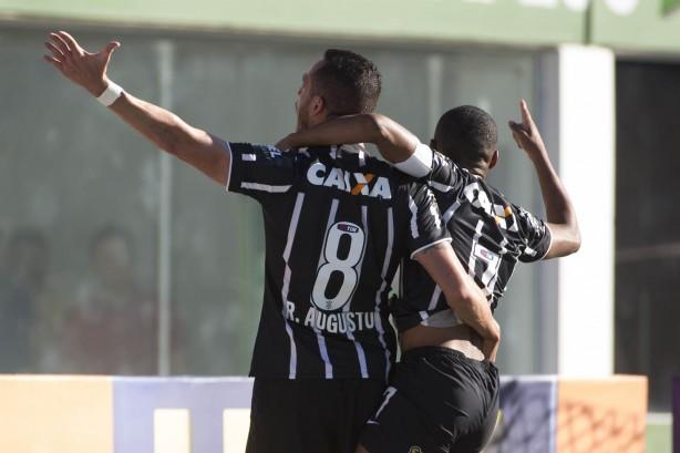 Corinthians venceu em Chapecó e segue firme na liderança