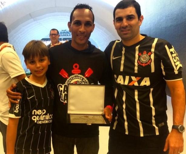 Liedson posa com placa recebida pelo Corinthians neste domingo