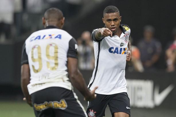 Corinthians venceu mais uma em Itaquera e manteve à distância na liderança