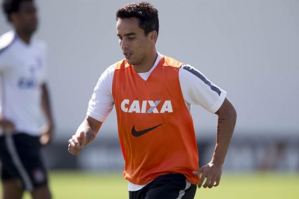 Jô faz de pênalti e garante vitória do Corinthians na estreia