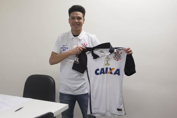 Marquinhos Gabriel assinou contrato de quatro anos com o Corinthians nesta segunda-feira