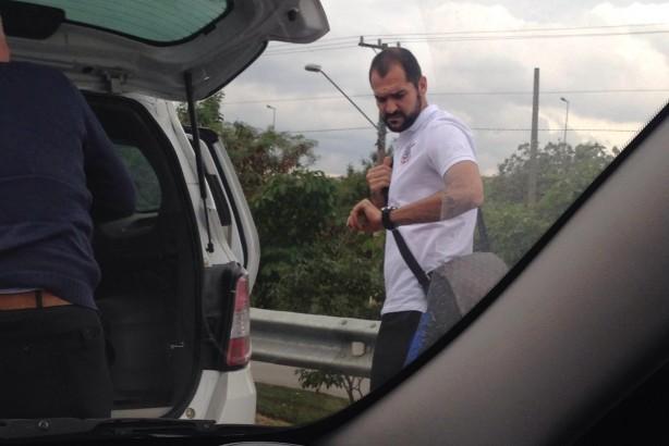 Danilo indo a pé para o treino do Corinthians