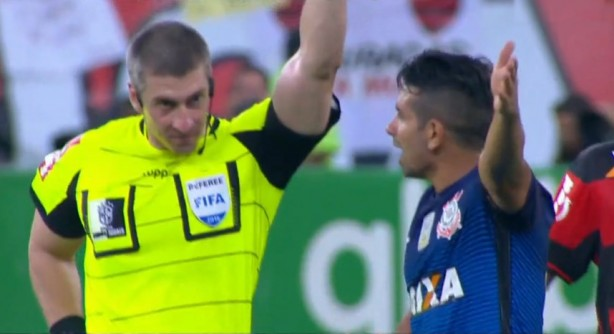 Guilherme foi expulso no segundo tempo; na etapa inicial, árbitro validou gol irregular do Flamengo