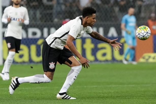 Gustavo chegou a comemorar primeiro gol pelo Timão, mas teve lance anulado pela arbitragem