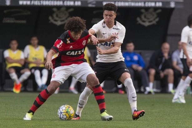 Corinthians bate Botafogo e lidera com mais sete pontos — Brasileirão