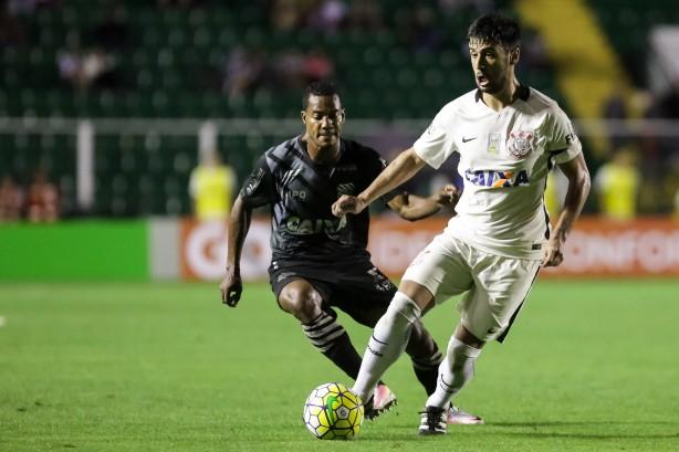 Camacho abriu o placar com um belo gol, mas viu o Corinthians ceder o empate contra o Figueirense