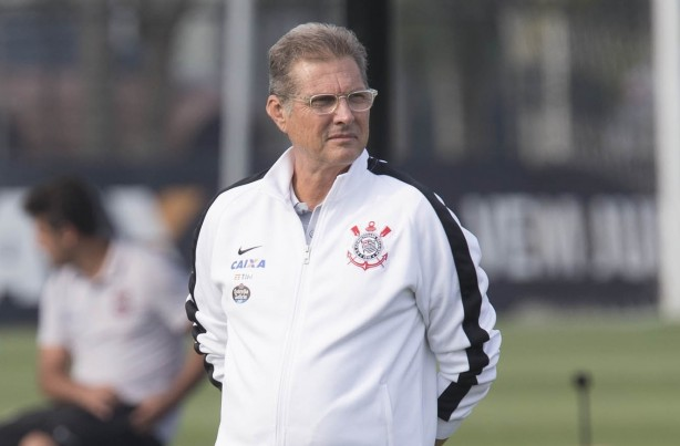 Oswaldo diz ter sido alvo de garrafada após jogo do Corinthians