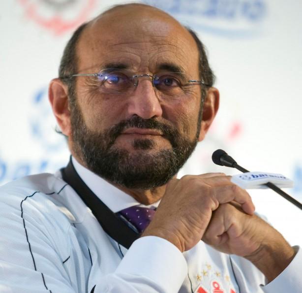 Luis Paulo Rosenberg, oficializando o acordo entre Corinthians e Batavo, em março de 2009