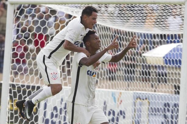 É dele! Jô marca na estreia oficial do Corinthians em 2017