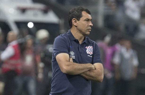 Treinador do Corinthians lamentando o empate contra o Flamengo