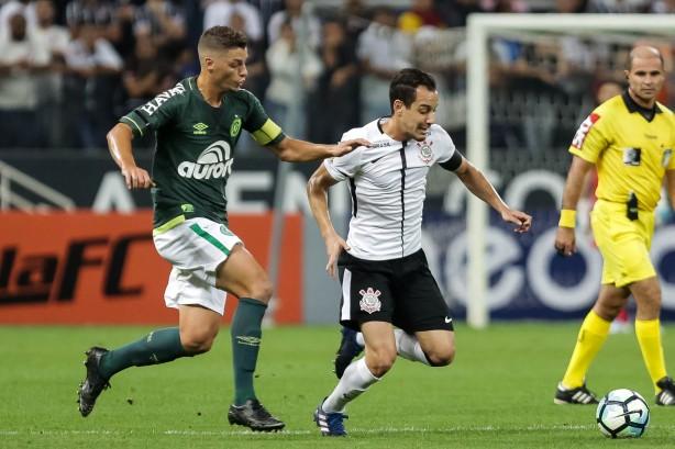 Corinthians vence com gol de mão e fica mais perto do título