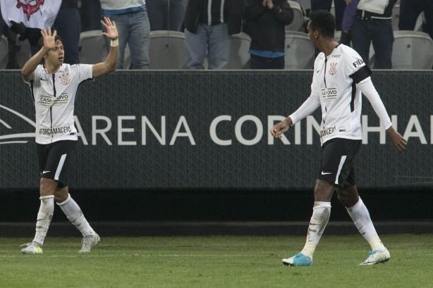 Vizeu e Rhodolfo brigam no primeiro tempo de Flamengo x Corinthians