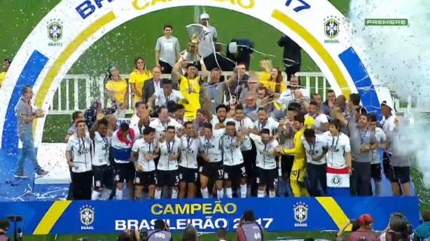 cassio foi o responsavel por erguer trofeu do ci Corinthians, só 2 X 2   mas com celebração...