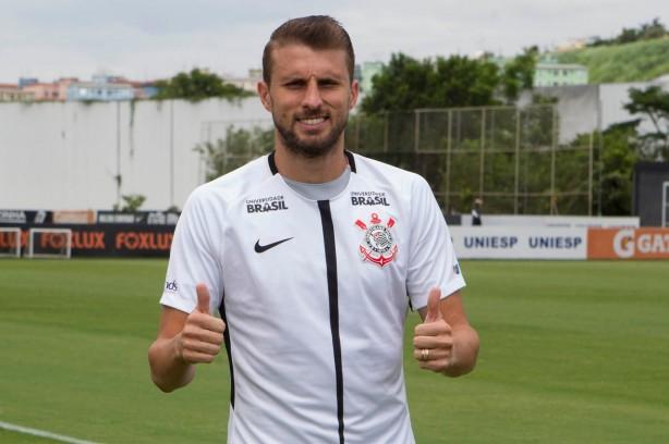 Corinthians contrata zagueiro Henrique