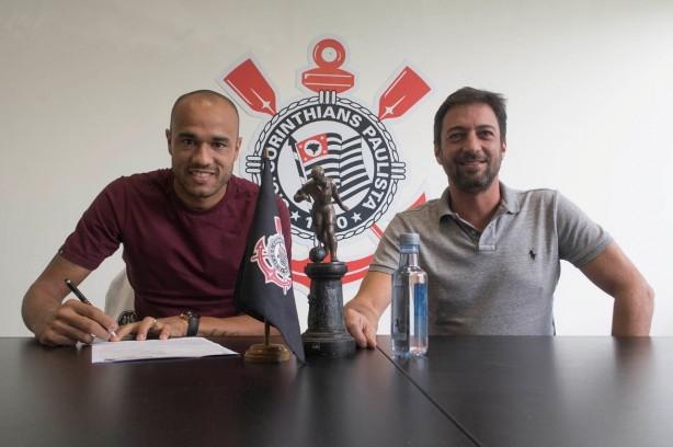 Corinthians oficializa a contratação do atacante Roger