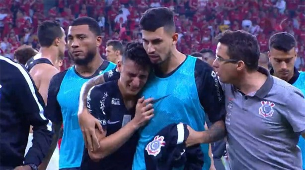 Mantuan, lateral do Corinthians, é consolado por companheiros da equipe, após ter falhado no gol que decretou a vitória para o Internacional.