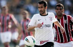 Douglas com a bola durante cl�ssico contra o S�o Paulo no Pacaembu