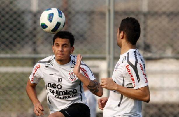 F�bio Santos treinando no CT do Corinthians