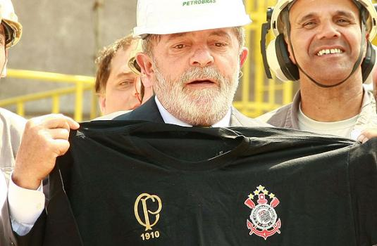 Lula com a camisa do centen�rio do Corinthians