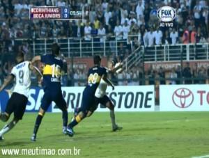 REVOLTANTE! Jogador do Boca mete a m�o na bola e juiz n�o marca p�nalti