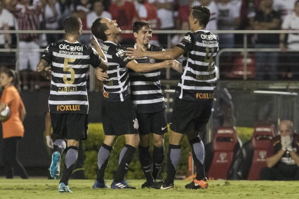 Uniforme com listras horizontais se despede do Corinthians